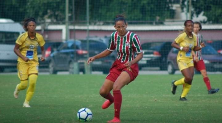 Atacante Daniele com a bola durante vitória do tricolor carioca (Foto: Laís Patrício/Fluminense FC)
