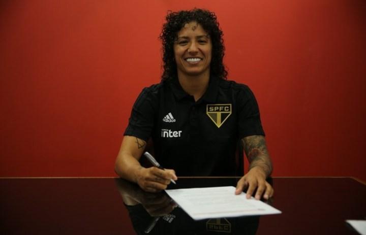 Cristiane assina contrato com o tricolor paulista (Foto: Renata Damasio/Sao Paulo FC)