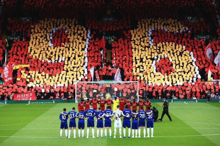 Um minuto de silêncio antes da partida entre Liverpool e Chelsea em homenagem às vítimas da trágedia de Hillsborough. Créditos: reprodução Twitter/ Liverpool