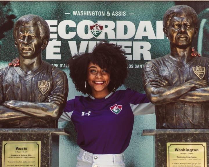 Bianca Santos entre as estatuas dos jogadores Assis e Washington. Créditos: @barbarabatistafotos