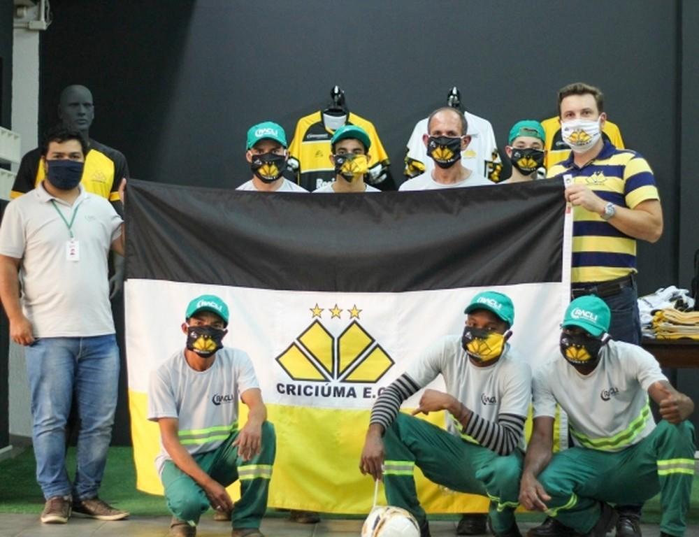 Entrega de máscaras ao profissionais de limpeza. Foto: Divulgação/Criciúma