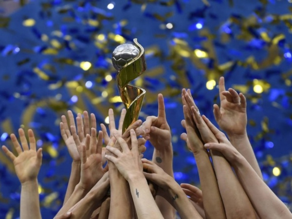 Estados Unidos levantando a taça da Copa de 2019, na Fraça. Foto: Christophe Simon/AFP