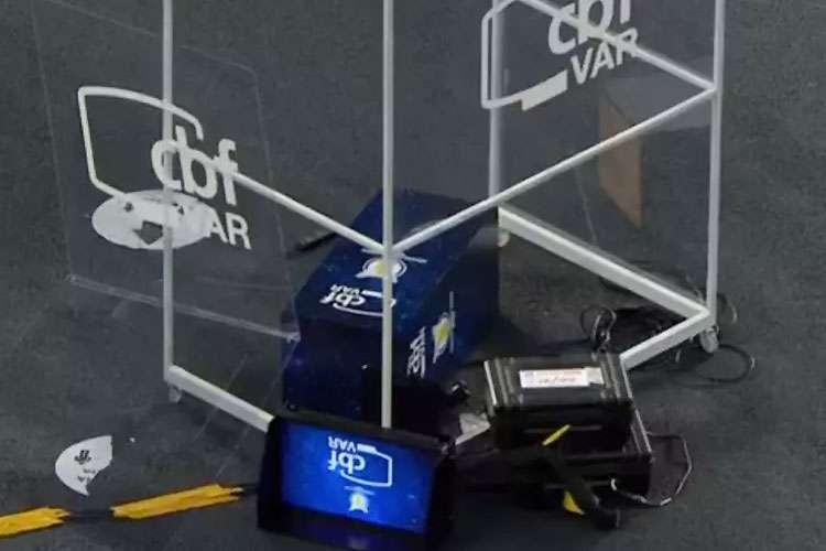 Cabine do VAR no chão, após chute de Gatito. Imagem: Reprodução