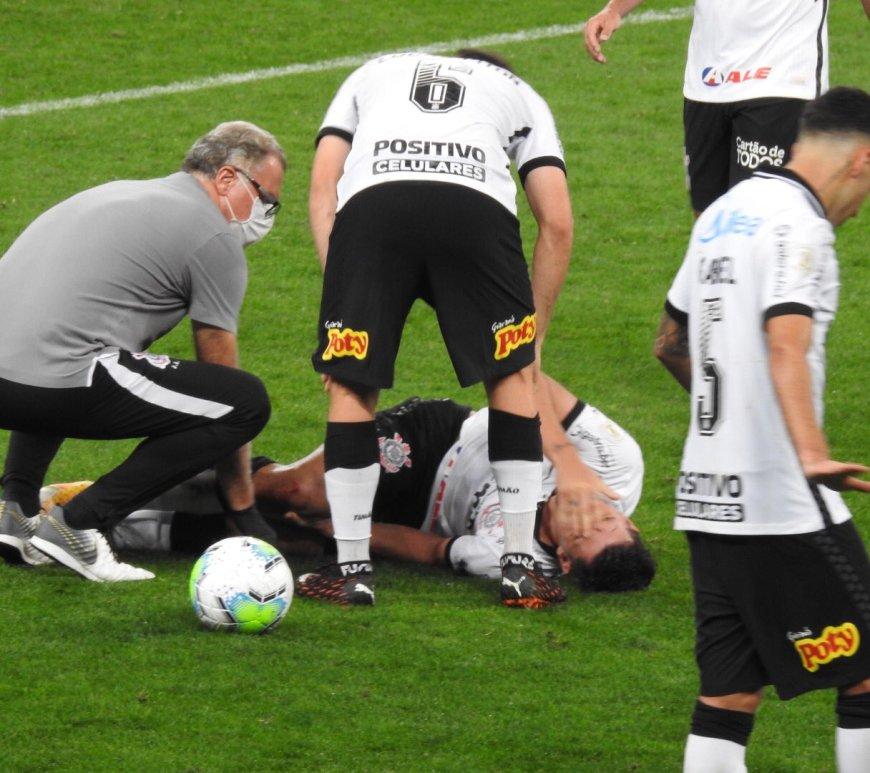 Danilo Avelar no momento da lesão, ocorrida no clássico contra Santos. Foto: Reprodução/ Twitter