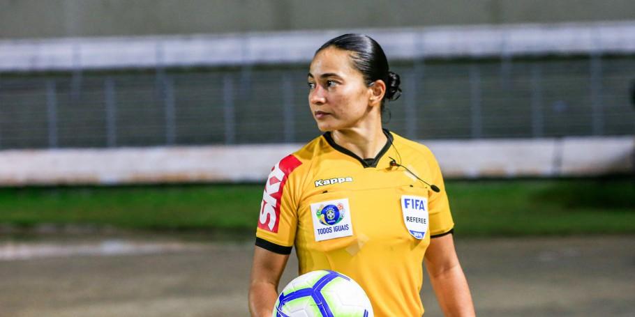 Edina Alves Batista: a primeira árbitra de um derby. Foto: Ailton Cruz/CBF